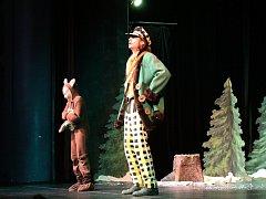 Pohádka a o putování medvědáře zaplnila Hálkovo divadlo.