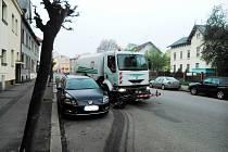 Čistící vůz v Nymburce musí velmi často objíždět auta neukázněných řidičů.