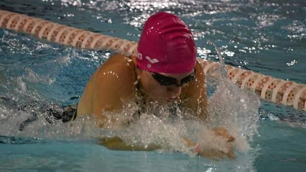 ZÁŘILA. Sběratelkou cenných kovů se v berounském bazénu stala závodnice SKP Nymburk Anežka Nováková. Získala celkem šest medailí