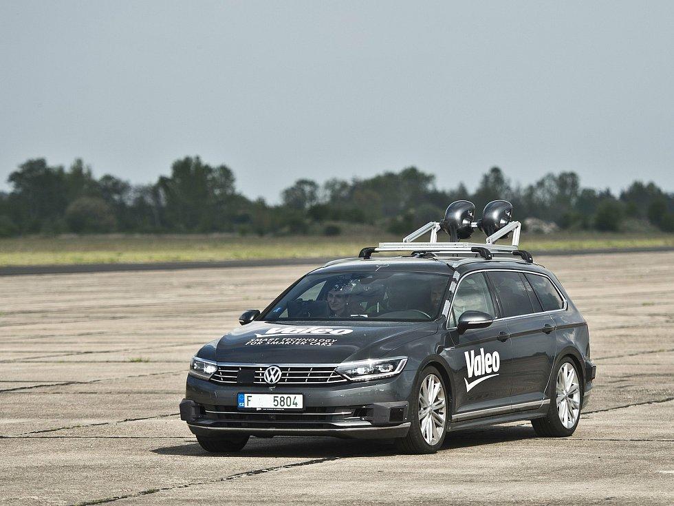 Místem, kde se možná rodí budoucnost světového automobilismu, je zkušební polygon pro testování chytrých prvků do aut u Milovic na Nymbursku.