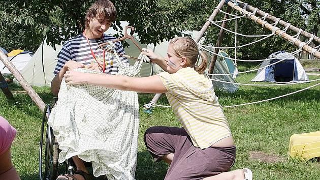 Tábor Centra pro všechny v Jizbicích spojuje dva světy. Dětí zdravých a postižených. A náramně jim to spolu jde.