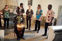 V lyském evangelickém kostele vystoupila africko - česká desetičlenná skupina Nsango malamu.