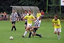 Fotbalisté Dobřichova (hrají v pruhovaném) se stali vítězi turnaje čtyř týmů na hřišti v Pňově–Předhradí. V prvním zápase, ze  kterého je snímek pořízený, porazili rezervu Velimi hladce 3:0 a ve finále přehráli Novou Ves 2:0.