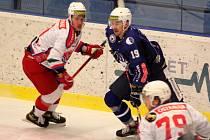 NaHrÁVAČ. Hokejista Zdeněk Král (v modrém) nasbíral v základní části Chance ligy šestatřicet bodů