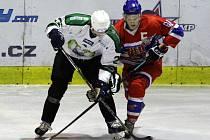 MARTIN ŠIMEK (vpravo), hokejový útočník nymburského celku, je novým kapitánem. A daří se mu střelecky