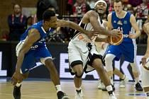 Utkání 11. kola basketbalové Ligy mistrů: Basketball Nymburk - Fraport Skyliners Frankfurt. Zleva Antonio Graves z Frankfurtu, Eugene Lawrence z Nymburka, Niklas Kiel z Frankfurtu