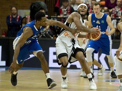 Utkání 11.kola basketbalové Ligy mistrů: Basketball Nymburk - Fraport Skyliners Frankfurt. Zleva Antonio Graves zFrankfurtu, Eugene Lawrence zNymburka, Niklas Kiel zFrankfurtu