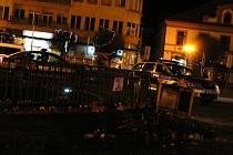 Vandalové zneuctili místo piety na nymburském náměstí