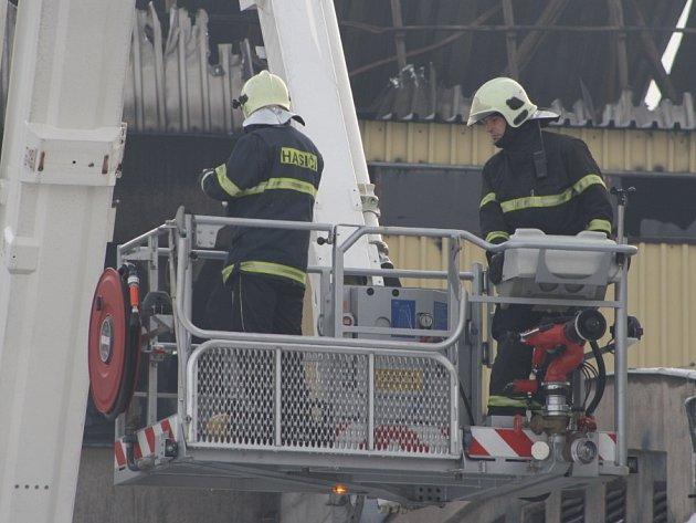 Požár zničil ve čtvrtek halu a střechu bývalých mochovských mrazíren.