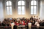Pěvecký sbor Gymnázia Jiřího z Poděbrad funguje už dvacet let. Na půdě školy si výročí připomněli narozeninovým koncertem, který byl průřezem repertoáru sboru.