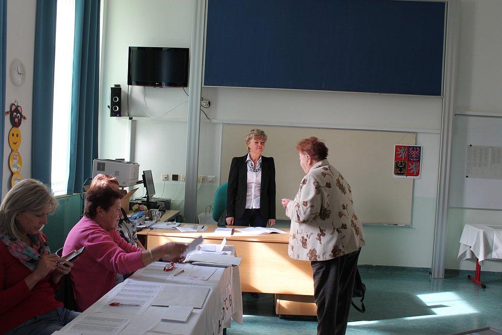 Během asi půlhodinové návštěvy Nymburského deníku volilo v sobotu před polednem na ZŠ Komenského ve dvou okrscích jen pár lidí.