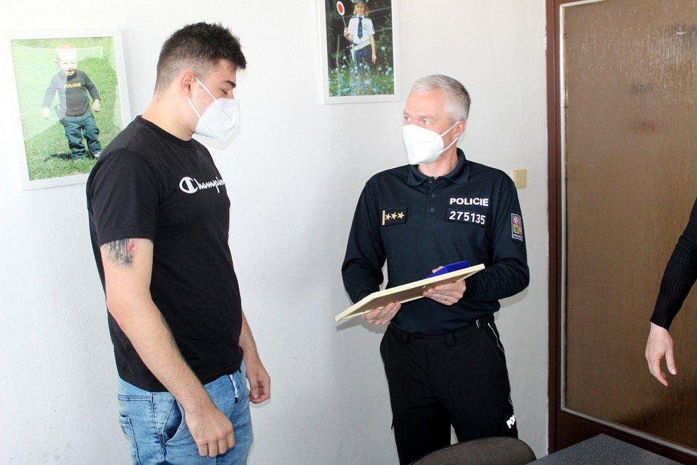 Policejní rada Marek Šmíd předal Pamětní medaili Davidu Soběslavovi.