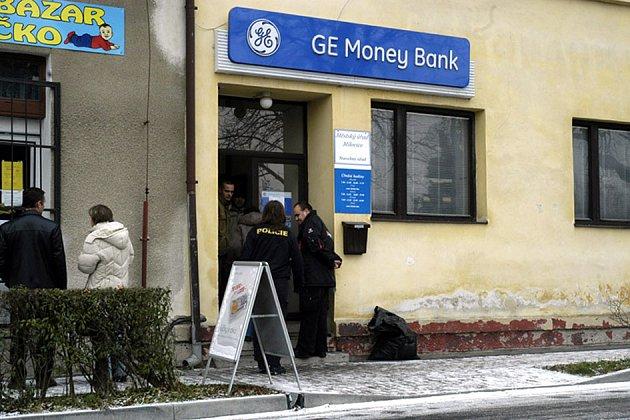 Přepadená banka se z Milovic raději odstěhovala.