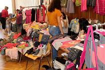 Bleší trh v Nymburce nabídl oblečení i knihy.