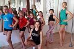Hned první den si děti vyzkoušely cvičení na tyčích a zavítaly také do Sokolovny, kde jim byla k dispozici lezecká stěna.