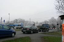 Železniční přejezd na Kouteckou, kde má vyrůst nadjezd.