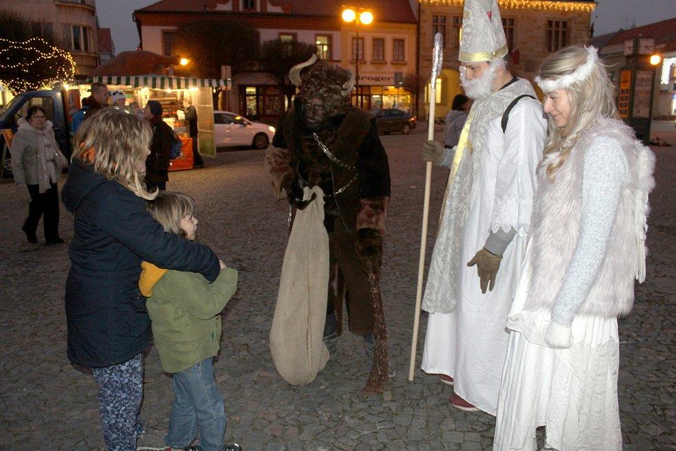 Mikuláš s čerty a andělem v době před koronavirem.