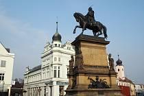 Pomník Jiřího z Poděbrad na východní straně Jiřího náměstí v Poděbradech.