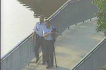 Záchrana psa na nymburském mostě