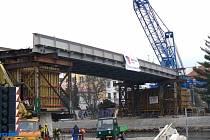 PILÍŘE A BETONÁŽ. Aktuálně se pracuje na sváření další části mostu a  betonáži pilířů.