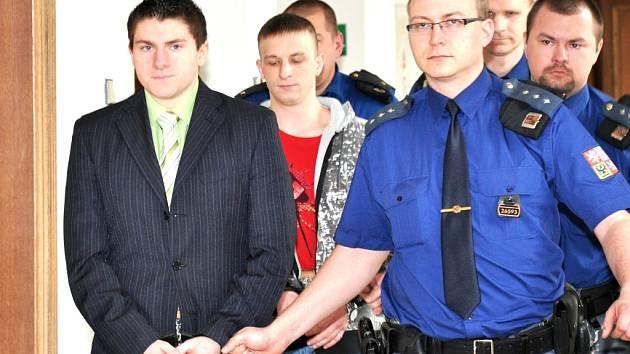Lukáš Šefčík (vpředu) a Petr Novák si jdou vyslechnout rozsudek u krajského soudu