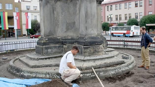 Restaurátoři opravují morový sloup na nymburském náměstí