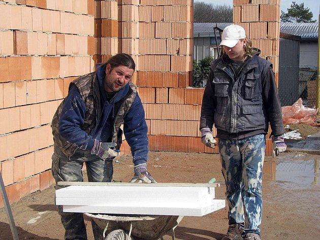 Práce na přístavbě školy v Dymokurech jsou v plném proudu