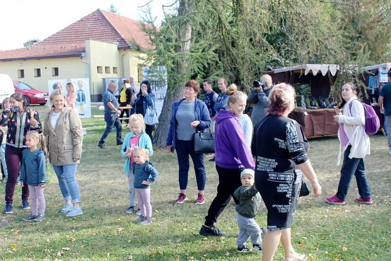 Z podzimní slavnosti v Krchlebech spojené s ukázkami lidových řemesel.