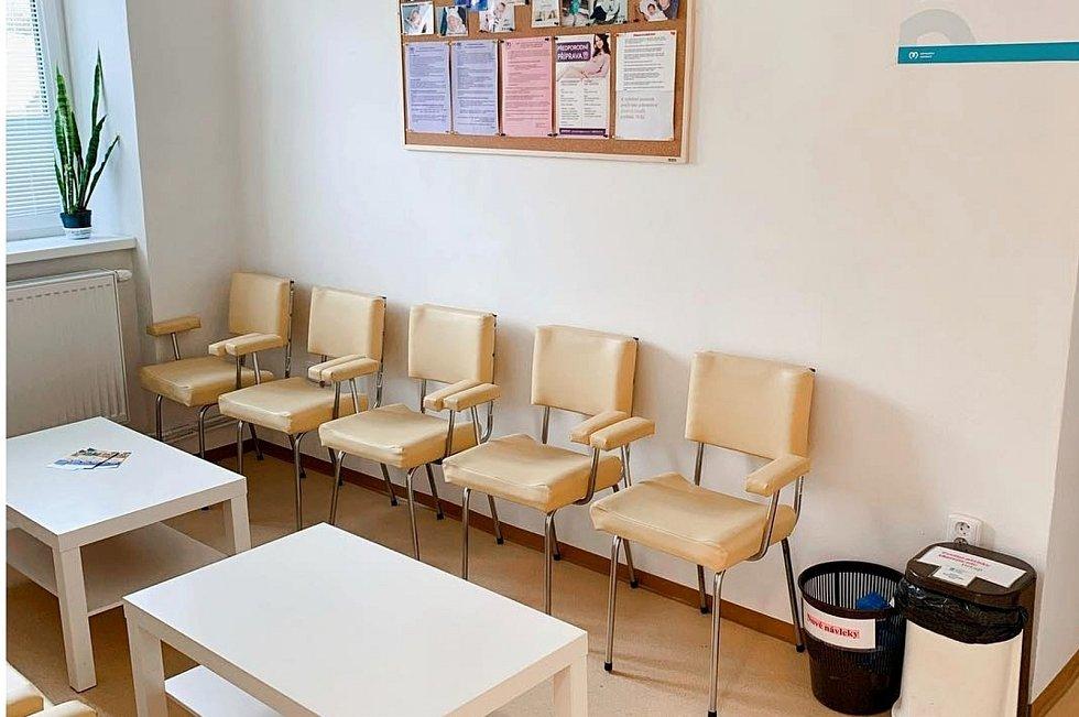 Čekárna gynekologické ambulance v přízemí Lékařského domu Balonka v Dukelské ulici v Milovicích.