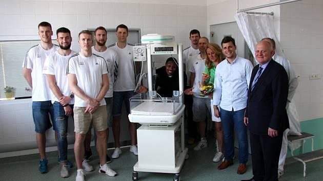 Nemocnice dostal od Kapky naděje vyhřívané lůžko.