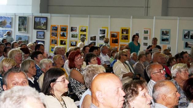 Publikum předání ocenění šikovných rukou seniorů na lyském výstavišti.