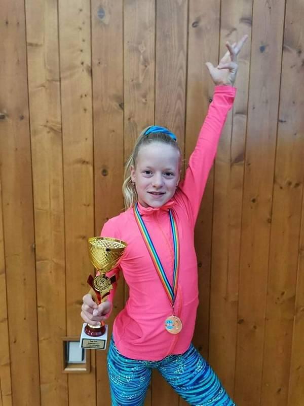 Anna Vaněrková s bronzovým pohárem.