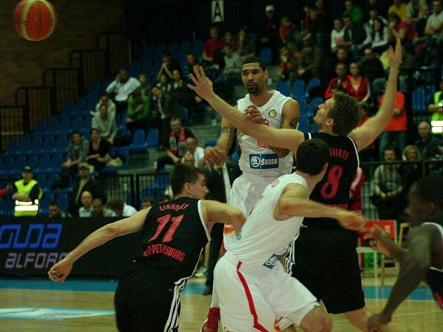 Košíkáři Nymburka (hrají v bílém) zvládli další utkání. V pokračování VTB ligy zdolali doma celek Petrohradu