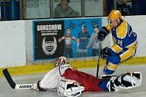 ZASTŘÍLELI SI. Druholigoví hokejisté Nymburka (hrají v modrém) nasázeli celku Chotěboře sedm branek