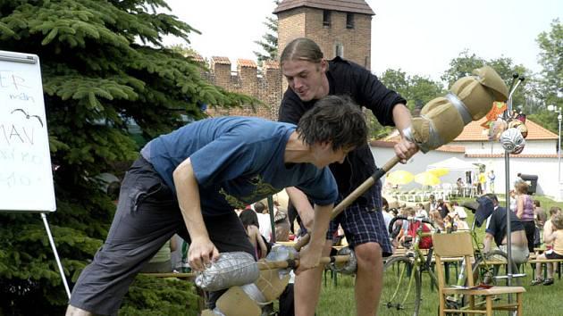 Boj s holemi je jedna ze soutěží které jsou letos na Bambriádě.