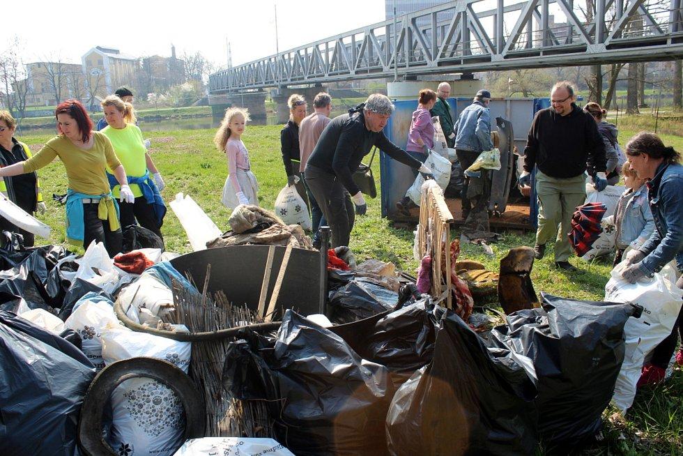 Nasbíraný odpad u železničního mostu.