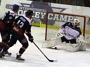 Hokejisté Nymburka (v tmavém) vyhráli 5:1 na svém ledě nad Trutnovem.