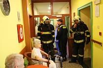 Cvičení hasičů v poděbradském domově důchodců Luxor