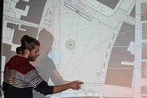 Zbourat mohylu, přesunout policii, postavit nový most a knihovnu, radí studenti UMPRUM Nymburákům
