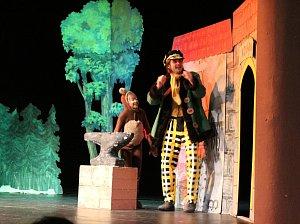Pohádka a o putování medvědáře zaplnila Hálkovo divadlo