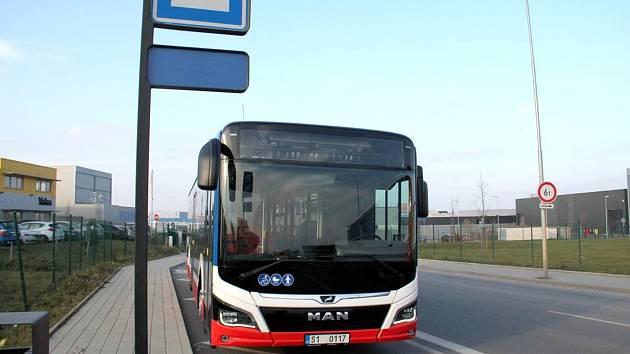 Vypadá futuristicky, oproti běžným linkovým autobusům má na první pohled řadu vylepšení.