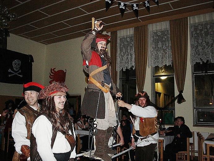 Nymburské skautské středisko Modrá flotila pořádalo ve Strakách pirátský bál.