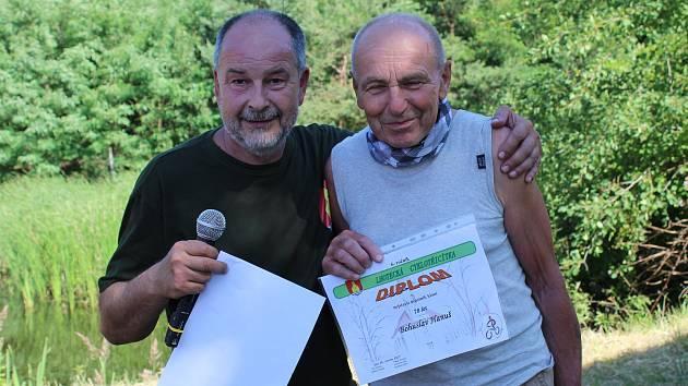 Závodu Cyklotřicítka Hrabalovým Polabím se mezi 213 účastníky na startovní listině objevil i osmasedmdesátiletý Bohuslav Hanuš z Poděbrad.