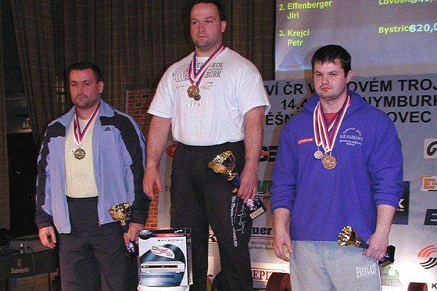 Zbyněk Krejča (uprostřed) se stal mistrem republiky v kategorii do 125 kg.