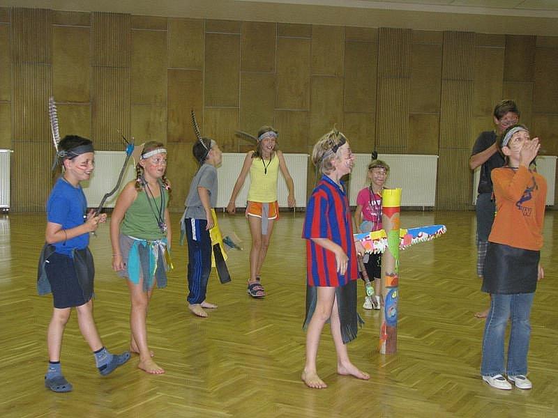 Malí indiáni soutěžili a kráčeli se šamanem.