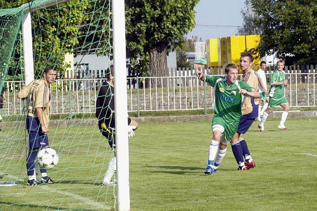 Nymburský Michal Sporiš (v zeleném) vstřelil v 15. minutě první gól Polabanu a položil tak základ k vítězství. Pro devatenáctiletého obránce to byl první gól v A týmu Nymburka