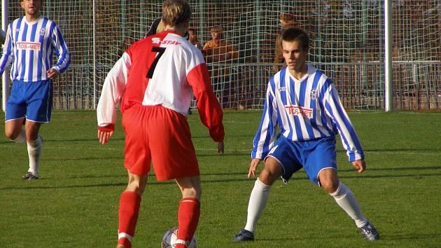 Čelákovický Martin Kubeš (vpravo) dal jedinou branku svého týmu