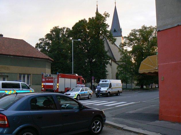 V úterý kolem osmnácté hodiny byla nahlášena bomba v kostele sv. Povýšení v Poděbradech. Kvůli dopravním problémům došlo hned za rohem v Lidické ulici k dopravní nehodě.