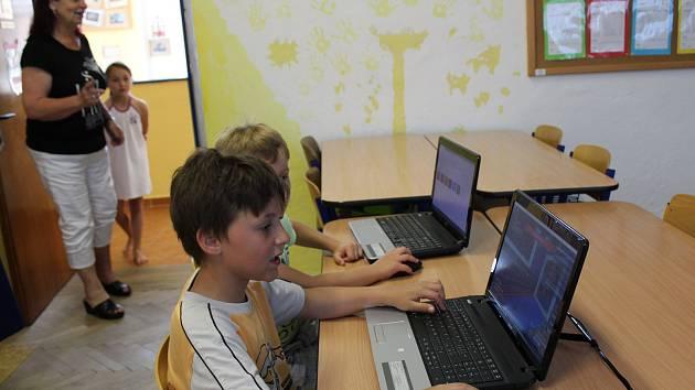 Malotřídka v Kněžicích je vyhlášená svým přístupem k domácímu vzdělávání. Své dítě sem přihlásilo 55 rodin ze všech koutů celé České republiky.