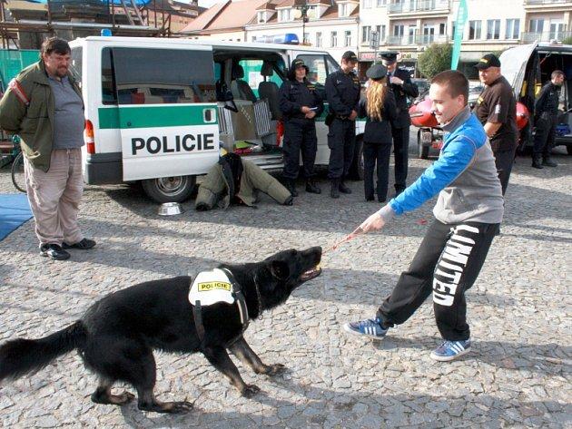 Preventivní akce policistů a hasičů na nymburském náměstí